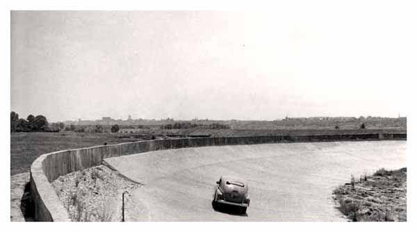 1955r. Widok na Śródmieście Warszawy ze Śliwic ( przy torze prób FSO). Z lewej zarośla >Czarnego Parkanu<.